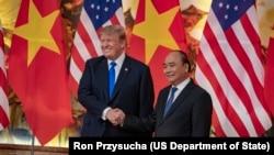 Tổng thống Mỹ Donald Trump và Thủ tướng Việt Nam Nguyễn Xuân Phúc, ngày 27 tháng 2, 2019.