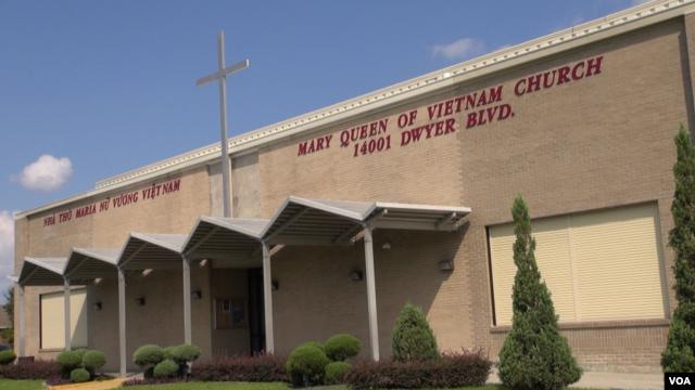 Nhà thờ Maria Nữ Vương Việt Nam từ là nơi nương náu của hàng trăm người Việt Nam bị mắc kẹt trong nước lụt ở sau Bão Katrina năm 2005, New Orleans, Louisiana, ngày 29 tháng 8, 2015.