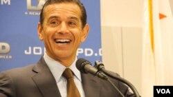 洛杉矶市长宣布收购枪支成果(美国之音国符拍摄)