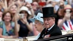 资料图片-英国女王伊丽莎白二世和她的丈夫爱丁堡公爵菲利浦亲王