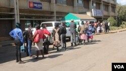 People queue for COVID-19 vaccine shots at Zimbabwe's largest health institution, Parirenyatwa Hospital, in Harare, June 08, 2021. (Columbus Mavhunga/VOA)