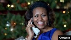 Michelle Obama responde las llamadas de nueve niños entre tres y nueve años, quienes preguntaban por Santa Claus como parte del programa del Comando de Defensa Aeroespacial de Norteamérica. [Foto: Cortesía Casa Blanca, Pete Souza].