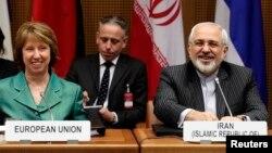 Kepala kebijakan LN Uni Eropa, Catherine Ashton (kiri) dan Menlu Iran Mohammad Javad Zarif tersenyum pada pembukaan perundingan di Wina, Austria (18/3).