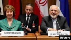 Kepala urusan luar negeri Uni Eropa Catherine Ashton (kiri) dan Menteri Luar Negeri Iran Mohammad Javad Zarif pada pembicaraan di Wina (18/3). (Reuters/Heinz-Peter Bader)