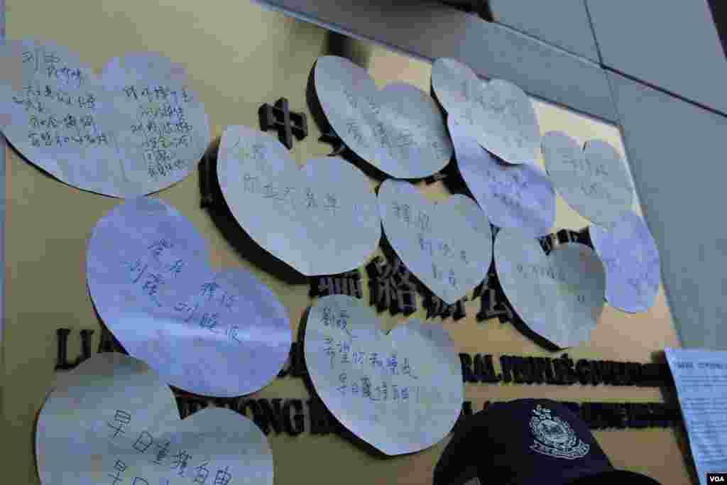 香港支联会等团体在中联办抗议要求释放刘晓波、解除对刘霞软禁(美国之音图片/海彦拍摄)