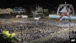 ປະຊາຊົນໄປຮ່ວມພິທີທາງສາສະໜາຈັດຂຶ້ນພາຍໃຕ້ການເປັນປະທານຂອງພະສັນຕະປະປາເບເນດິກທີ່ຈະຕຸລັດ ປະຕິວັດໃນເມືອງ Santiago de Cuba (26 ມີນາ 2012)