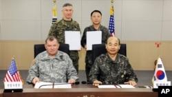 Komandant američkih snaga u Južnoj Koreji, general Džejms Turman i načelnik združenog južnokorejskog generalštaba, general Džung Seun-džo nakon potpisivanja sporazuma