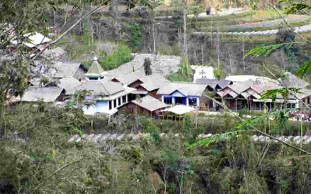 Sebuah desa di kaki Gunung Merapi sunyi tanpa penghuni (17/11).