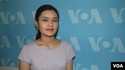 Bosba Panh, the first Cambodian to study at the prestigious school in Boston, New England Conservatory of Music discussed her experiences at VOA on Wednesday July 6, 2016. (Ten Soksreinith/VOA Khmer)