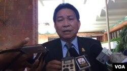 Senate spokesman Morm Bun Neang speaks to reporters after a close-door meeting to strip Senator Thak Lani off her immunity September 1st, 2016. (Kann Vicheika/VOA Khmer)