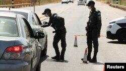 Pripadnici izraelskih bezbjednosnih snaga zaustavljaju automobili u sklopu napora da uhvate šest Palestinaca koji su pobjegli iz zatvora Gilboa ranije ove nedjelje, u blizini sela Mukeibila, u blizini ulaska u okupiranu Zapadnu obalu, 9. septembra 2021.