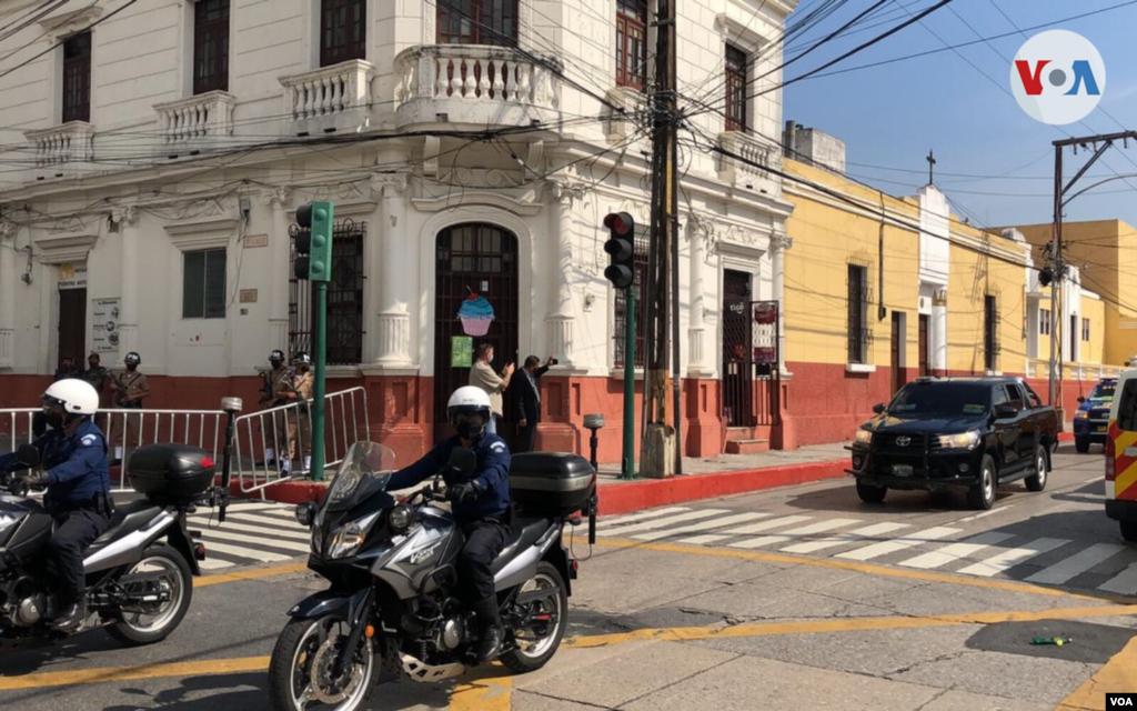 Llegada de la vicepresidenta Kamala Harris al Palacio Nacional de la Cultura. Foto: Eugenia Sagastume, VOA.