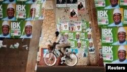 2013年8月9日一人骑车经过马里首都巴马科的竞选海报