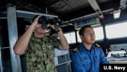 美国海军少尉拉兰和文莱海军少尉加平在美国海军的远征快速运输船上参加卡拉联合演习中的海上搜索行动