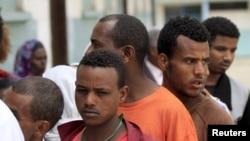 埃塞俄比亚选民星期日在首都亚的斯亚贝巴的一个选举站外排队等候投票。(2015年5月24日)