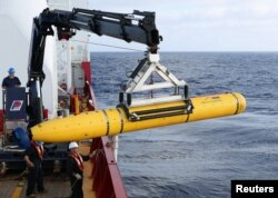 Para awak kapal Australia mengangkat kendaraan bawah air Bluefin-21 milik AS di Samudera Hindia untuk mencari pesawat Malaysia Airlines penerbangan MH370 yang hilang, 14 April 2014.