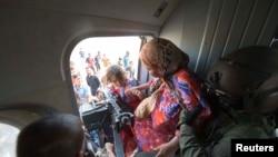 Para perempuan dan anak-anak dievakuasi dengan helikopter militer oleh pasukan Irak dari Amerli, Baghdad utara 29 Agustus 2014.
