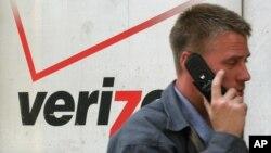一名用戶在Verizon商店前經過 (資料照片)