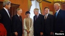 19일 미국 워싱턴 국회의사당에서 상원의원들과 만난 버마의 민주화운동 지도자 아웅산 수치 여사(가운데).