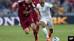 L'Algérien Yacine Brahimi (D) et le Russe Igor Denisov lors du match Algérie/Russie de la coupe du Monde au Brésil, 26 juin 2014.
