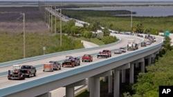 Residentes de Cayo Largo, Florida, congestionan las autopistas en su intento por abandonar áreas amenazadas por el peligroso huracán Irma, que se anticipa impactará el estado la madrugada del sábado. Sept. 6, 2017.