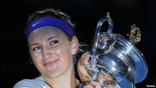 Tay vợt nữ số một thế giới Victoria Azarenka, người Belarus vừa giành chức vô địch giải quần vợt Úc Mở rộng lần thứ hai liên tiếp, sau khi đánh bại Li Na của Trung Quốc trong trận chung kết tại Melbourne, ngày 26/1/2013.