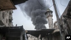 Fumo resultante da explosão de uma bomba em Aleppo, na Síria