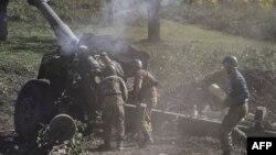 在冲突前线开炮的亚美尼亚士兵。(2020年10月25日)