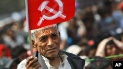 Salah seorang pendukung Maoist Nepal membawa bendera partai (foto: dok).