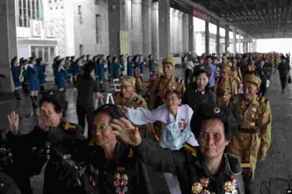 북한 전승절 경축행사에 참가하는 전쟁 노병들이 23일 평양에 도착했다.