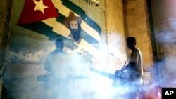 Trabajadores del ministerio de Salud de Cuba fumigan un viejo edificio de La Habana. Un periodista que informaba sobre los brotes de dengue y cólera ha sido encarcelado, según denuncia la SIP.