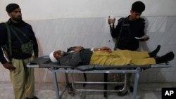 Seorang polisi Pakistan cedera dalam serangan atas tim vaksinasi polio (foto: dok). Militan sering melakukan serangan terhadap tim vaksinasi polio Pakistan.