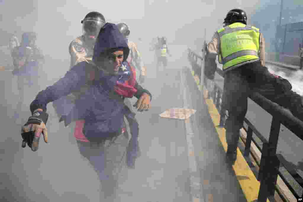 فرار یک معترض ونزوئلايى از نيروهاى امنيتى دولت در تظاهرات علیه نيكولاس مادورو، ريس جمهورى اين كشور.