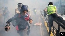 Un manifestante trata de huir de las fuerzas de seguridad durante una manifestación de la oposición al gobierno de Nicolás Maduro en Caracas, el 20 de mayo de 2017.
