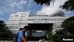 行人路過新加坡國立大學的大學禮堂樓。 (資料照片)