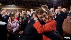 El presidente Barack Obama estrecha en un abrazo a la representante por Arizona, Gabrielle Giffords en el pleno del Congreso.