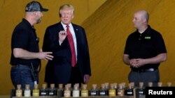도널드 트럼프 미국 대통령이 11일 아이오와주 카운실 블러프스에 위치한 사우스웨스트 아이오와 재생 에너지 회사를 방문해 바이오연료로 사용된 곡물샘플을 살펴보고 있다.