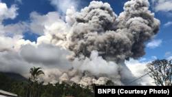 Letusan Gunung Sinabung, di Kabupaten Karo, Provinsi Sumatra Utara, 27 Desember 2017.