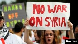 反对美国对叙利亚开战的标语 (资料图片)