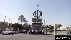 تصویری از تجمع اعتراضی کارگران قند فسا در سال ۱۳۹۵ در مقابل این کارخانه.