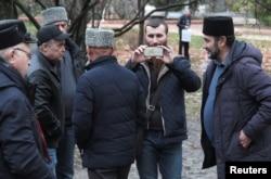 Para warga, termasuk dari kelompok etnis Tatar di Krimea, berkumpul dekat gedung pengadilan menunggu kedatangan kru kapal AL Ukraina yang disita dinas keamanan Rusia, FSB, di Simferopol, Krimea, 27 November 2018.