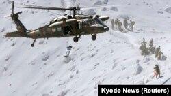 Yanardağın tepesinde helikopterle kurtarılan bir dağcı