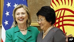 U.S. Secretary of State Hillary Rodham Clinton meets with Kyrgyzstan's President Roza Otunbayeva, right, in Bishkek, 2 Dec 2010.