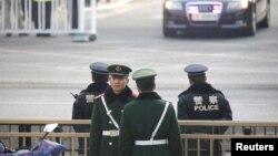 중국 베이징에서 9일 김정은 북한 국무위원장을 태운 차량의 이동경로를 따라 경찰들이 삼엄한 경계를 펼치고 있다.