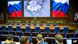 俄罗斯军方官员2016年3月18日在莫斯科同媒体会面