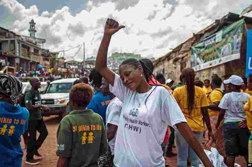 Une femme manifeste sa joie à l'annonce de la fin de l'épidémie d'Ebola à Freetown, Sierra Leone, 7 novembre 2015. (AP Photo/Aurelie Marrier d'Unienvil)