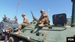 中国和哈萨克士兵。两国军队2014年夏季在俄罗斯一侧里海岸边共同参加了俄罗斯组织的军事比赛活动。