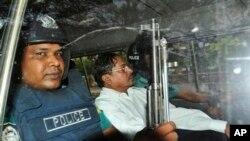 Muhammad Kamaruzzaman, wakil sekjen partai Jamaat-e-Islami, meninggalkan pengadilan dikawal polisi di Dhaka, Bangladesh, Mei 2013. (AP/Khurshed Rinku)