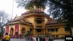 河内的越南国家历史博物馆,也是越南的爱国主义教育基地。(美国之音朱诺拍摄,2017年4月5日)