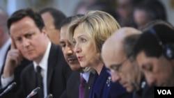 Menlu AS Hillary Clinton berbicara dalam konferensi di London membahas proses transisi Libya pasca Gaddafi (29/3).